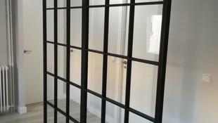 separador de ambientes de hierro y cristal estilo industrial