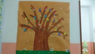 Árbol con flores realizado por nuestros niños