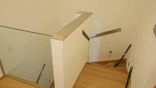 Pasamanos de acero inoxidable  con diseño adaptado a la falta de espacio de escalera estrecha.