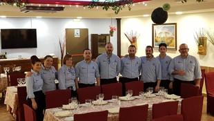 Comedor grande con algunos compañeros Restaurante - Hotel de Carretera El Oasis**