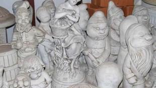 Esculturas de niños y duendes