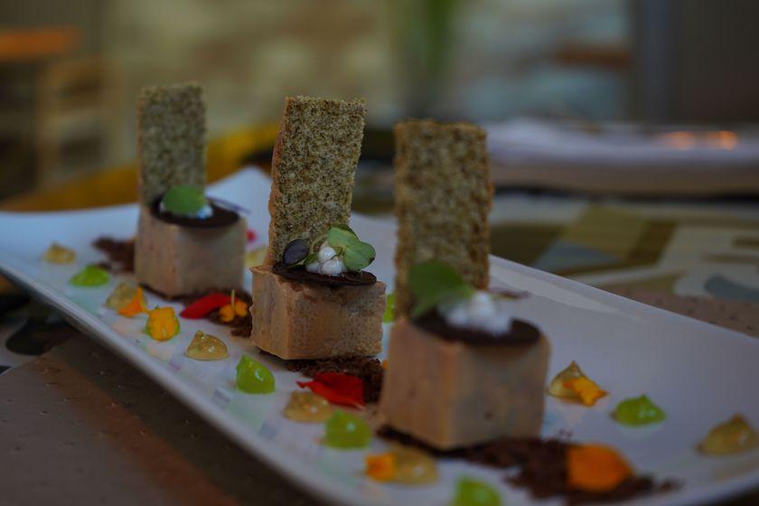 Terrina de Foie de Pato con Lágrimas de Cacao, Caviar de Lima, Gelificado de Amaretto y crujiente de hierbas