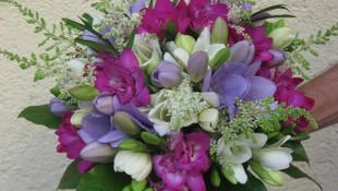 bouquet de fresias y astilber