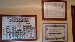 Título académico, orla de la Facultad y Diploma por el XXV Aniversario de colegiación en el ICAE.