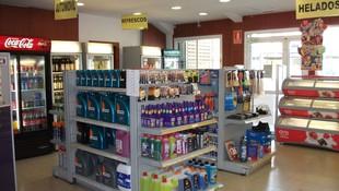 Amplia gama de productos en la tienda de la estación de servicio