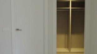 Puerta lacada y armario ropero.
