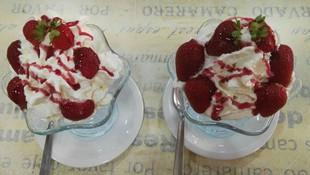 Fresas, nata y helado; perfecta combinación