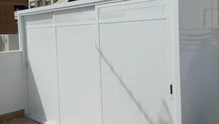 Armario de aluminio blanco con techo de panel sándwich y hojas correderas de 3 carriles