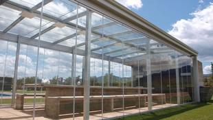 Cerramiento con cortina de crista y techo móvil