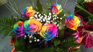 Ramo de rosas arcoíris
