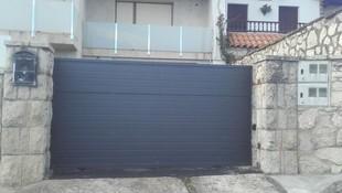Puerta de garaje corredera de panel negro