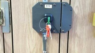 Colocación de cerradura de tres puntos de anclaje sobrepuesta
