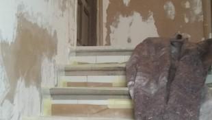 Rellano y escalera de edificio antes de la obra de restauración