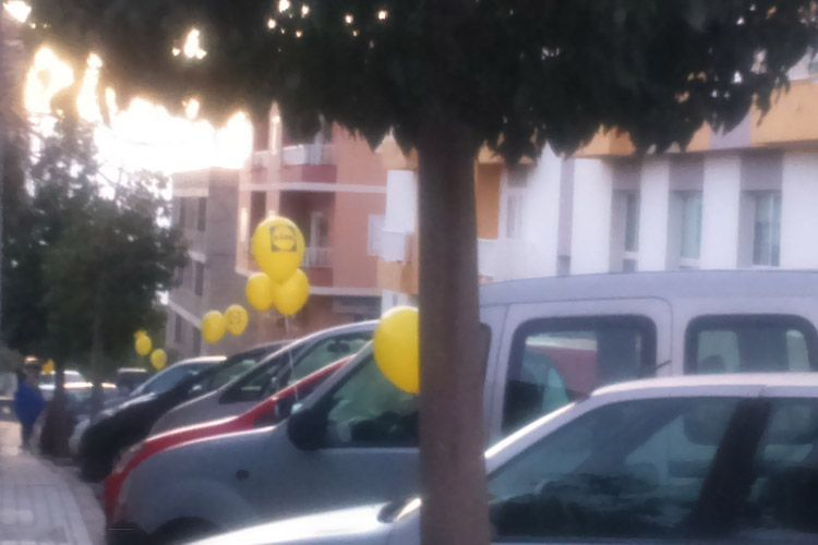 Publicidad con globos en coches