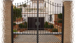 Puerta batiente dos hojas con motor