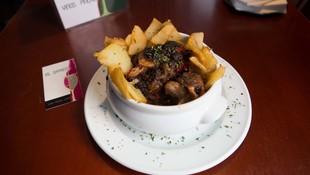 Rabo de toro sobre cama de patatas regado con tu propia salsa