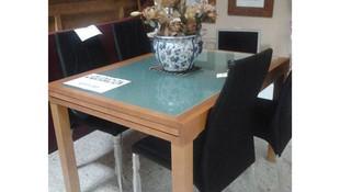 Mesa y sillas para salón