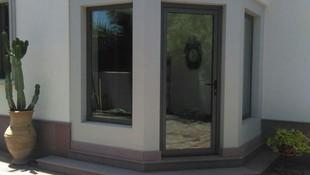 Puerta con ventanas de aluminio gris