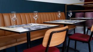 Mesa y sillas para un restaurante