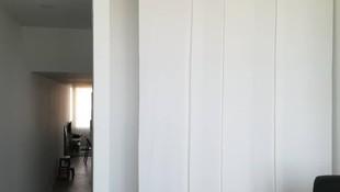 Panel japonés en tejido blanco de loneta. Una solución práctica para separar espacios
