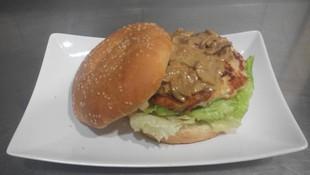 Hamburguesa de pollo casera con salsa de champiñones