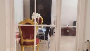 puerta abatible de hierro estilo colonial para dar luz a una entrada