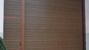 Puerta seccional con panel imitación madera y peatonal adyacente
