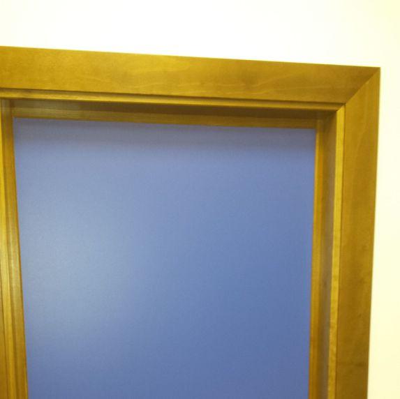 Puertas melamina de colores y marco de madera maciza.
