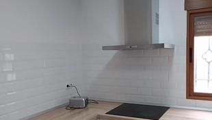 Cocina en blanco combinada con madera. Belleza y funcionalidad en una cocina última tendencia