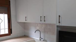 Nuestro último proyecto, una cocina blanca con la calidez de la madera. Una apuesta segura.