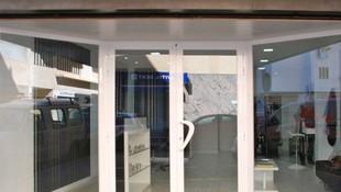 Entrada a nuestra peluquería de caballeros en Ibiza