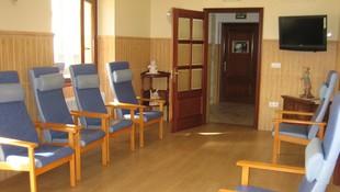 Sala de estar soleada y con televisión