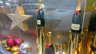 Le a tocado a la prestigiosa marca de champagne Moët, fabricación montaje y decoración del stand en el escaparate de la pastelería Mallorca, ubicado en la c/. Velázquez  Madrid.