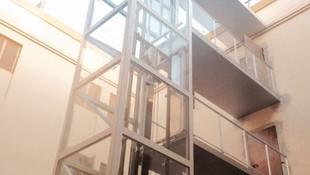 Estructura de ascensor exterior  con pasarela