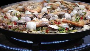 Paella mixta cocinándose