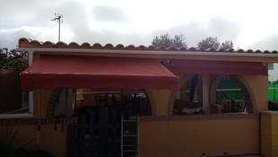 Toldos a medida. Instalación de toldo en la fachada de chalecito en Parcela Betera.