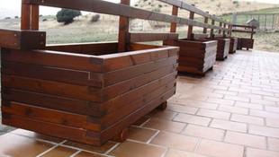 Jardinera integrada con valla