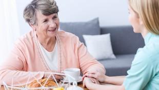 Asistencia a personas mayores por personal cualificado