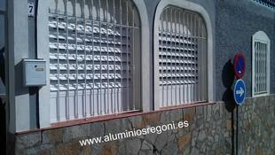 Celosía de aluminio lacado blanco de lama regulable vista por fuera