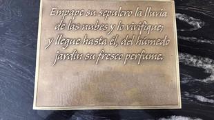 Placa conmemorativa personalizada con texto en relieve fundida en latón. Acabado dorado claro.