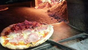 Pizzas italianas elaboradas artesanalmente y cocinadas en horno de leña en Badalona