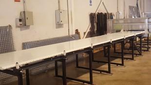 Cortando panel de fachada en mesa de corte