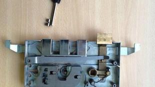 Cerradura de gorja haciéndole llave de servicio
