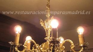 Lámpara clásica de metal fundido con colgantes de cristal.