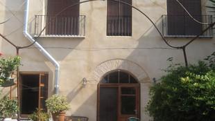 Rehabilitación fachada en caserío, respetando materiales originales.