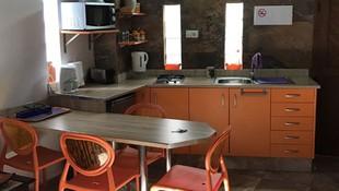 Cocina de uno de los apartamentos en Fataga