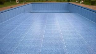 Piscina publica reparada con lamina lainer - Persia Blue - sobre gresite.