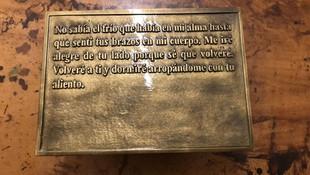 Placa con texto personalizado en relieve fundida en latón y acabada en tono dorado