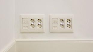 Realizamos la instalación de los enchufes y los puntos de luz necesarios en locales comerciales y oficinas