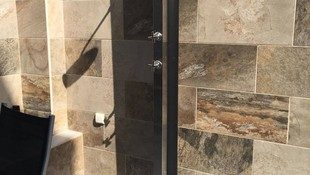 Instalación de ducha para piscina